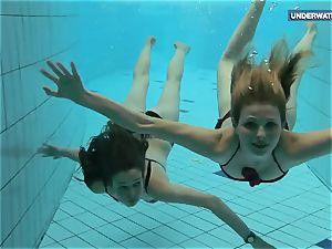 2 supah red-hot teens in the pool